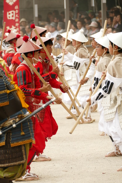 Children of red and white armies perform battles during Otaue rice planting ceremony at Sumiyoshi Taisha Shinto Shrine. Photo by Paloma Solis.