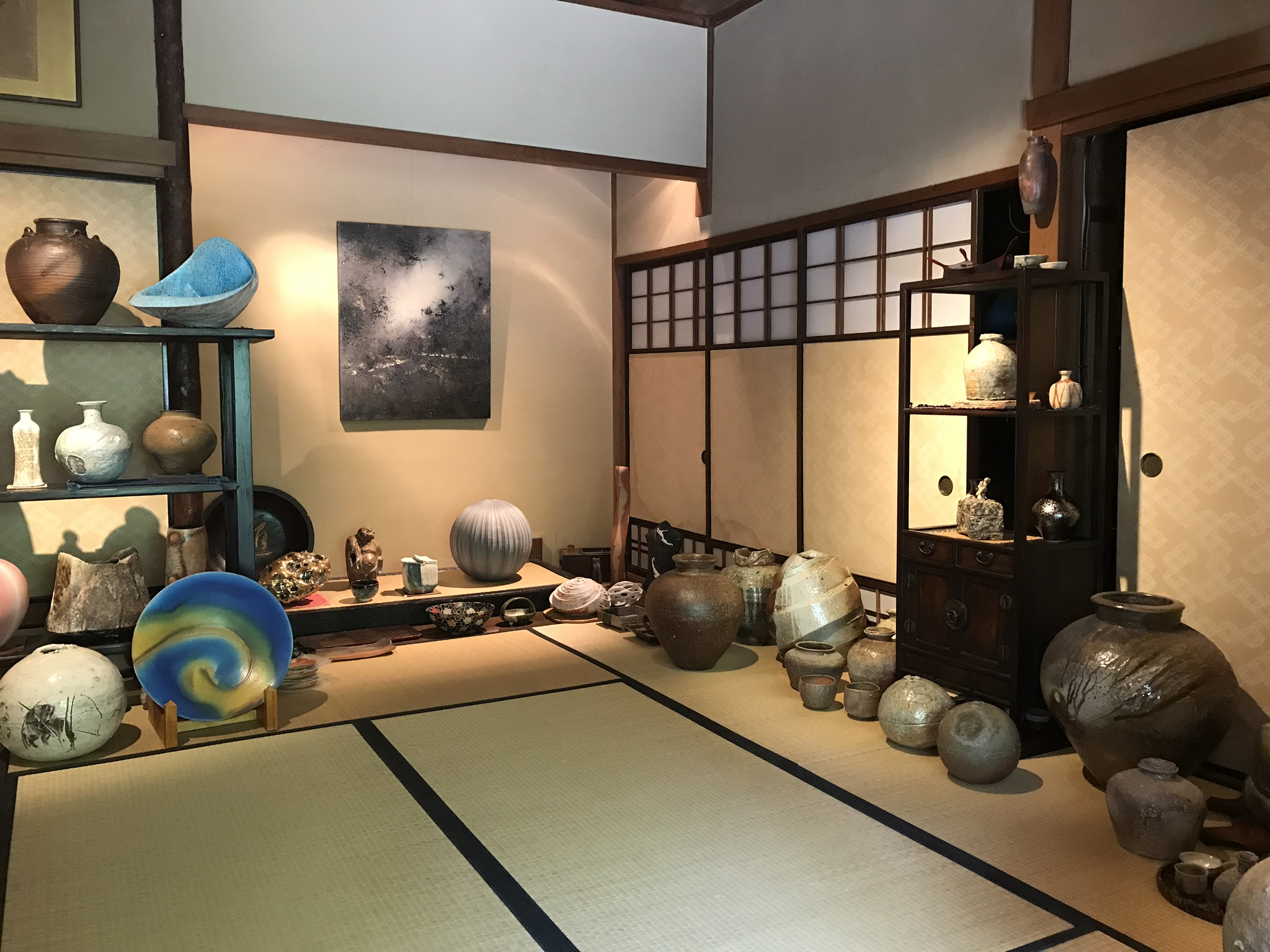 The beautiful Sukiya-style house that is the Robert Yellin Yakimono Gallery in Kyoto .